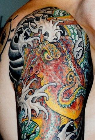 riesgo tatuaje.  o un tatuaje es totalmente inofensivo. Existen ciertos riesgos y